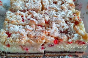 Quark-Johannisbeer-Kuchen mit Nüssen und Zimt bestreut