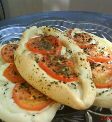Italienische Tomaten-Mozzarella-Schiffchen