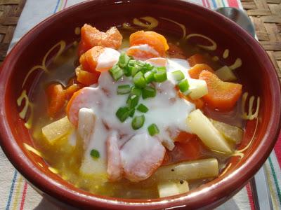 Türkisch angehauchte Karotten-Kohlrabisuppe mit Raz el Hanout, Kumquats und Joghurt