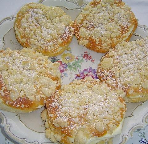 Hefe Streuselteilchen mit Pudding und Sahne